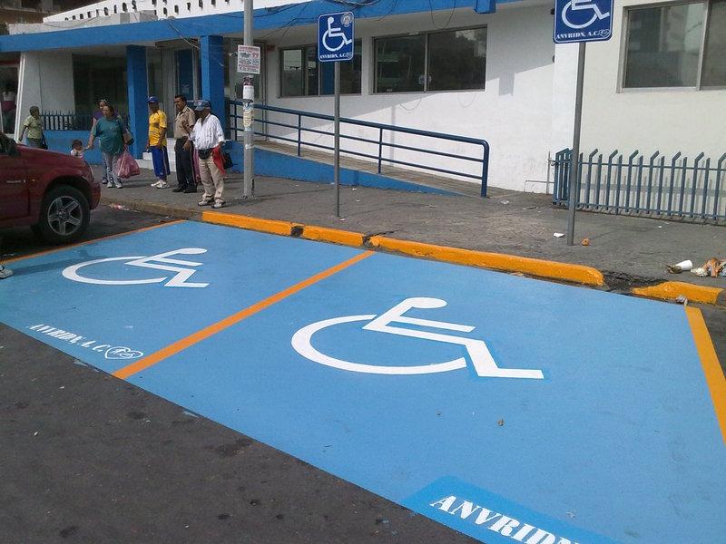 Resultado de imagen para estacionamiento de discapacitados